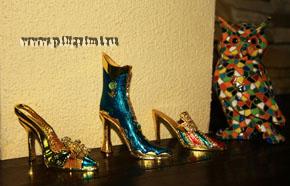 коллекция миниатюрных металлических туфелек